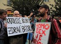 Мартин Путна с транспарентом «Пидоры-католики передают привет Баторе»