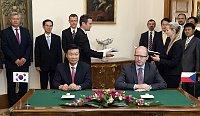 Президент компании Hyundai Чонг Монг-Ку и премьер-министр Чешской Республики Богуслав Соботка (Фото: ЧТК)