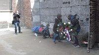 Чешские школьники возлагают венки к Стене расстрелов (Фото: Ася Чеканова, Чешское радио - Радио Прага)