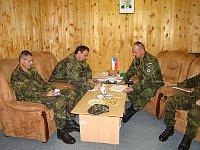 Павел Веселы (в центре) и Йозеф Нейедлы (справа) на территории военной базы Шайковац (Фото: Архив Армии ЧР)
