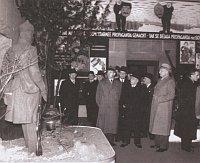 Выставка «Советский рай» в Праге, 1942 г. (фото из коллекции Ярослава Чванчары). Выставку посетили также генеральный директор издательства Орбис Франц Рудл, президент Эмиль Гаха и министр образования Эмануел Моравец.