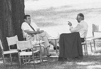 Владимир Мечьяр и Вацлав Клаус в саду виллы Тугендгат