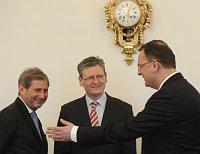Премьер-министр ЧР Петр Нечас (справа) и еврокомиссары Ласло Андор и Йоханнес Хан (Фото: ЧТК)