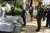Министр Карел Шварценберг во время посещения на кладбище Пер-Лашез (Фото: Архив Министерства иностранных дел, Павла Величкинова)
