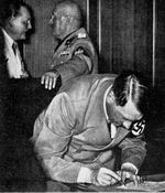 Адольф Гитлер ставит подпись Мюхенского договора
