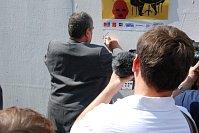 В центре чешской столицы была возведена стена солидарности, Карел Шварценберг также написал слова поддержки