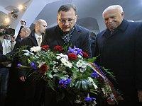 Петр Нечас и Вацлав Клаус отправились к мемориальной доске на Национальном проспекте (Фото: ЧТК)