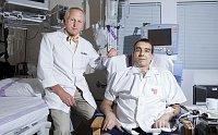 Хирург Ян Пирк с пациентом (Фото: Михал Свачек, Mladá fronta DNES, 9.6.2012)