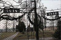 Памятник над могилами русских военнопленных на кладбище австрийского концлагеря Йозефштадт в окрестностях города Йозефов (Фото: Владимир Поморцев)