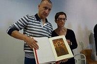 Рихард Фукса и Вероника Рейнкова с изданием Библии с иллюстрациями Рейнека (Фото: Марие Тржешньякова, ЧТ24)