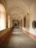 Коридор госпиталя с циклом фресок «Танец смерти» (Фото: Ольга Васинкевич, Чешское радио - Радио Прага)