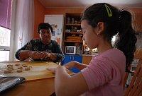 Пани Либушке помогает с печеньем внучка Элишка (Фото: Эва Туречкова)