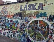 Стена имени Леннона на пражской Кампе