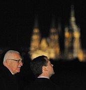 Вацлав Клаус и Дмитрий Медведев на фоне Пражского Града (Фото: ЧТК)