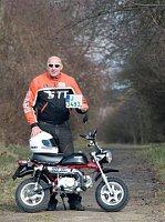 Журналист и путешественник Ярослав Шима и его миниатюрный мотоцикл «Хонда» Monkey (Фото: официальный Facebook проекта В Африку на «обезьяне» / Na opici do Afriky)