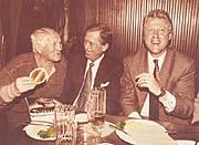 Билл Клинтон в Праге, с писателем Богумилом Грабалом и Вацлавом Гавелом в пивной «У златего тигра» (Фото: Йиржи Йиру)