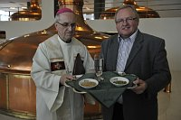 Епископ Франтишек Радковски и пивовар Вацлав Берка (Фото: ЧТК)