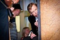 Вацлав Гавел, подглядывающий за настроением зала в ходе премьеры его кинодебюта Odchazení («Уход»). Фото: Войтех Хероут