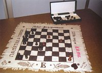 Шахматы, изготовленные неизвестным заключенным в 40-й камере Замарстыновской тюрьмы. Полотно, хлеб, сажа, дерево, картон. (1945 - 1946 гг.)