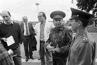 Михаел Коцаб (в центре) и Эдуард Воробьев после бархатной революции