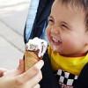 Чешские дети едят некачественное мороженое